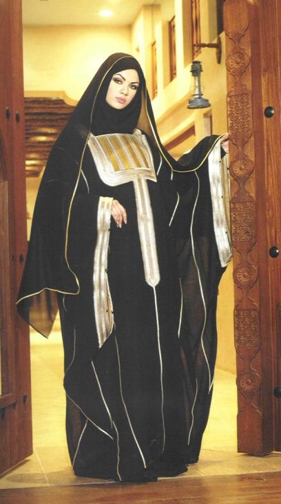 Мусульманка в абайе и платке. Фото