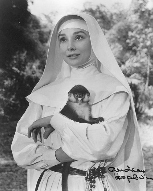 Одри Хепберн и животные: обезьяна / Audrey Hepburn and animals: monkey. Photo