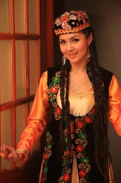 красивая уйгурка Аида Илимова, танцовщица шоу-балета Art-Sirius (Алматы). Фото
