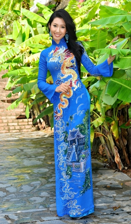 Национальный женский костюм Вьетнама аозай. Фото
