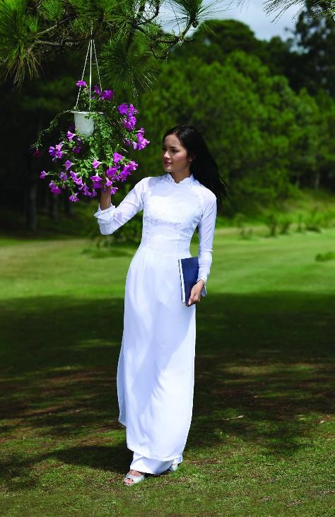 национальный женский вьетнамский костюм аозай. Фото
