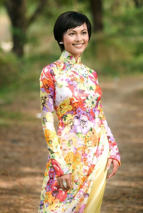 Национальное женское вьетнамское платье аозай. Фото