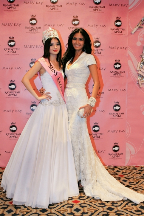 Айнур Толеуова (Мисс Казахстан 2011) и Жанна Жумалиева (Мисс Казахстан 2010). Фото