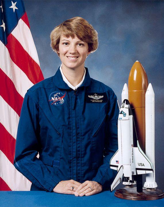 американская женщина-космонавт / астронавт Айлин Мари Коллинз. Фото
