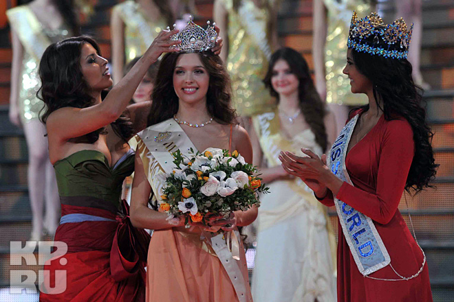 Мисс Россия 2011 Наталья Гантимурова коронует новую Мисс Россия, а Мисс мира 2011 Ивиан Саркос аплодирует победительнице