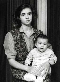 Ирина Шарипова с матерью. Фото / Irina Sharipova in childhood. Photo