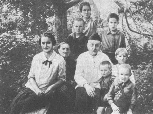 Константин Циолковский с женой и детьми. Фото