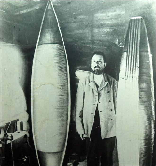 Циолковский и модели спроектированных им дирижаблей (1913 год)