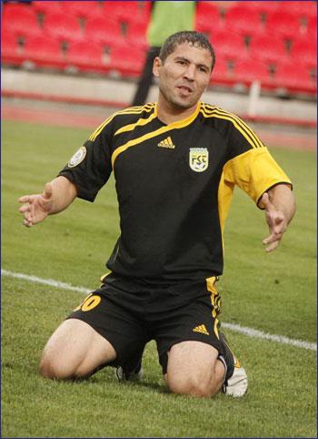 узбекский футболист Улугбек Бакаев. Фото