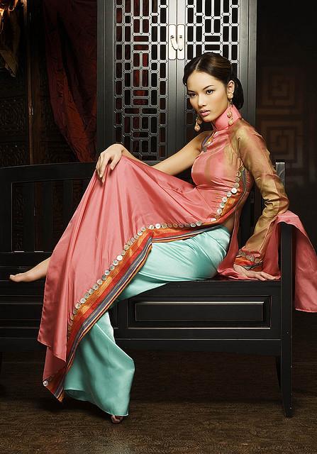 вьетнамская фотомодель Bao Hoa, одетая в аозай
