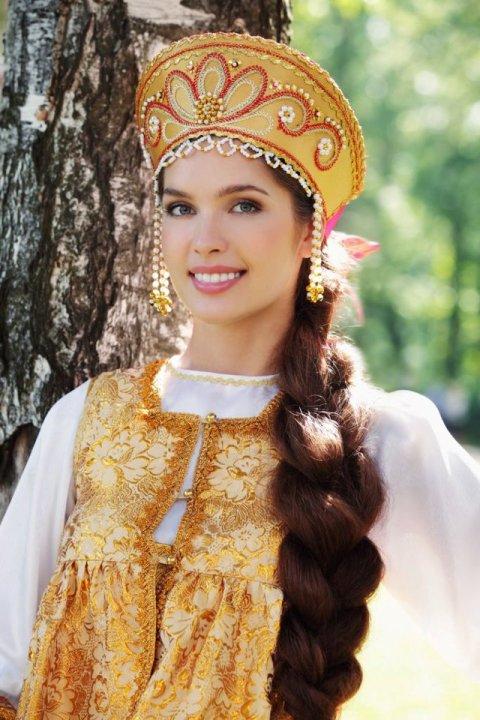 Елизавета Голованова в русском народном костюме. фото