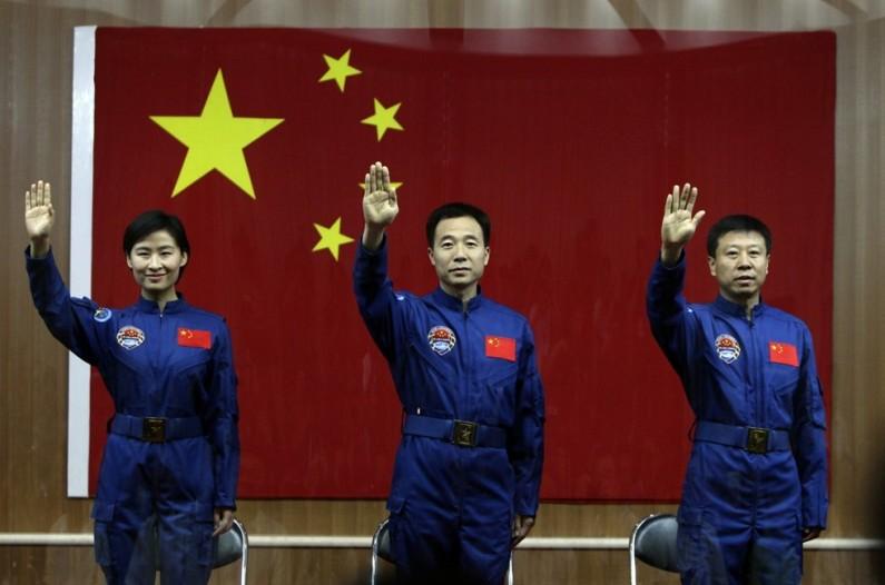Экипаж китайского космического корабля Шэньчжоу-9: Цзин Хайпэн, Лю Ван, Лю Ян. Фото