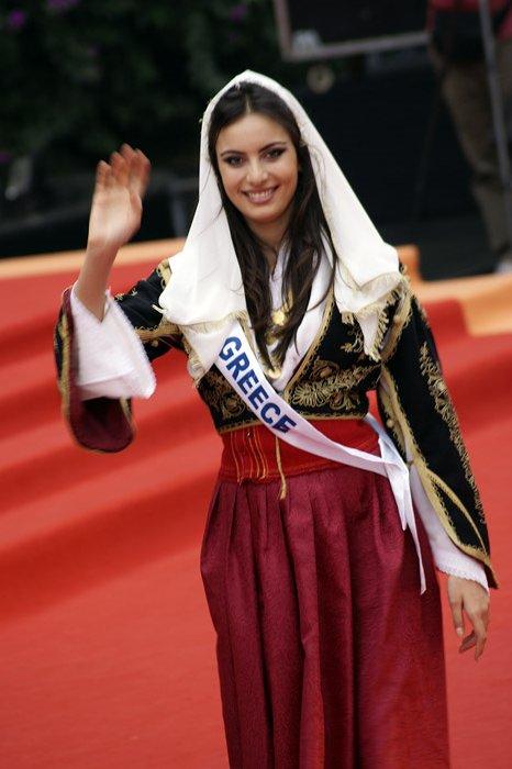 Мария Цагараки в национальном греческом костюме. фото