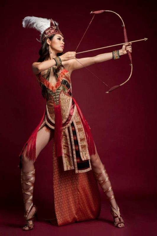 красивая девушка-вьетнамка стреляет из лука. фото