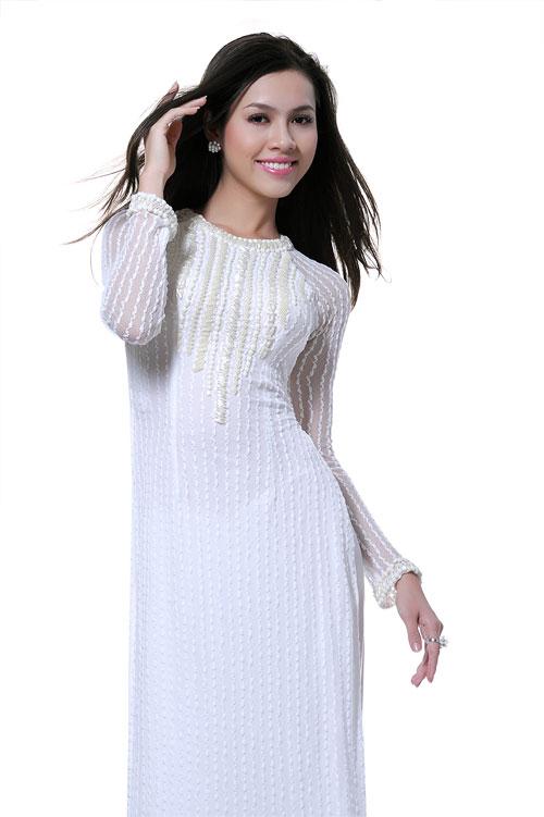 Vu Thi Hoang My в национальном вьетнамском костюме - аозай. фото