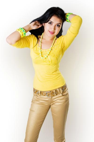 красивая киргизка Айгерим Расул кызы - кыргызстанская певица. фото