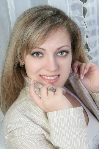 Эльмаз Какура - крымскотатарская певица. фото