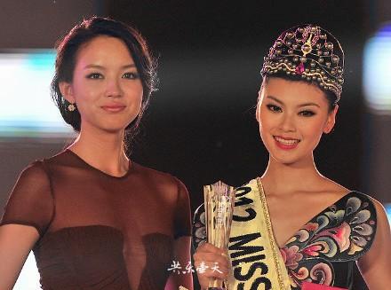 Мисс мира 2007 Чжан Цзылинь (Китай) и Мисс мира 2012 Юй Вэнься (Китай)