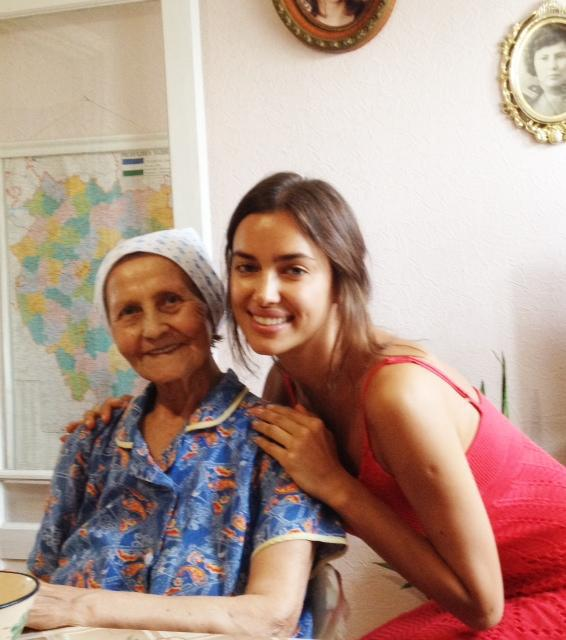 Ирина Шейк и её бабушка из Сибая. фото