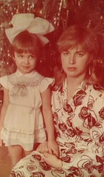 Ирина Шейк в детстве и её мама. фото