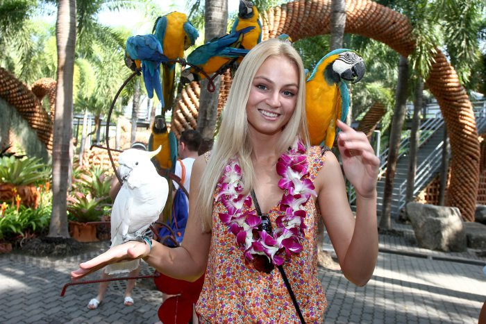 Тереза Файксова (Чехия) - Мисс Земля 2012 и попугаи. фото