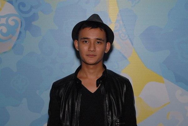 красивый казахский парень Али Окапов, певец, сын Розы Рымбаевой. фото