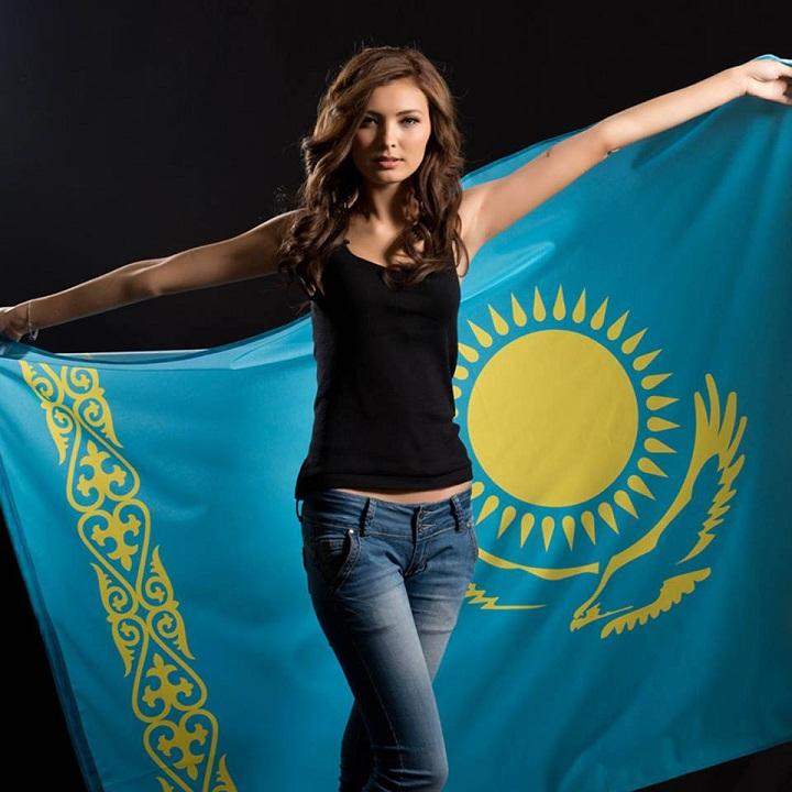 Айгерим Кожахан (Кожаханова) с флагом Казахстана фото