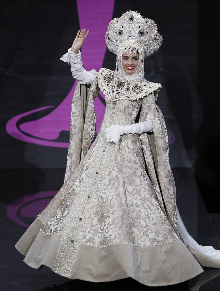 Эльмира Абдразакова в костюме русской княжны. Мисс Вселенная 2013. фото