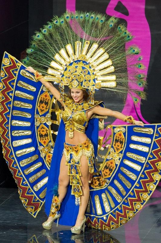 Констанца Баес в национальном эквадорском костюме фото