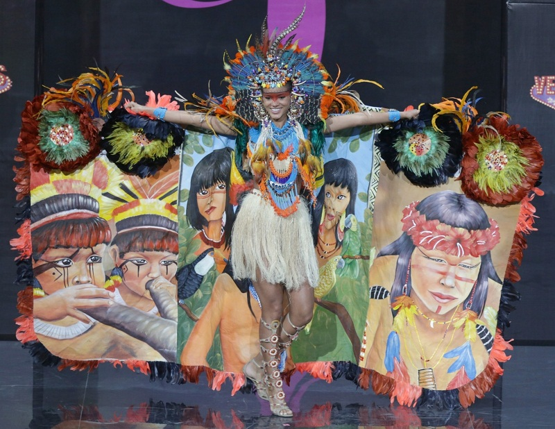 Жаклин Оливейра в национальном бразильском костюме