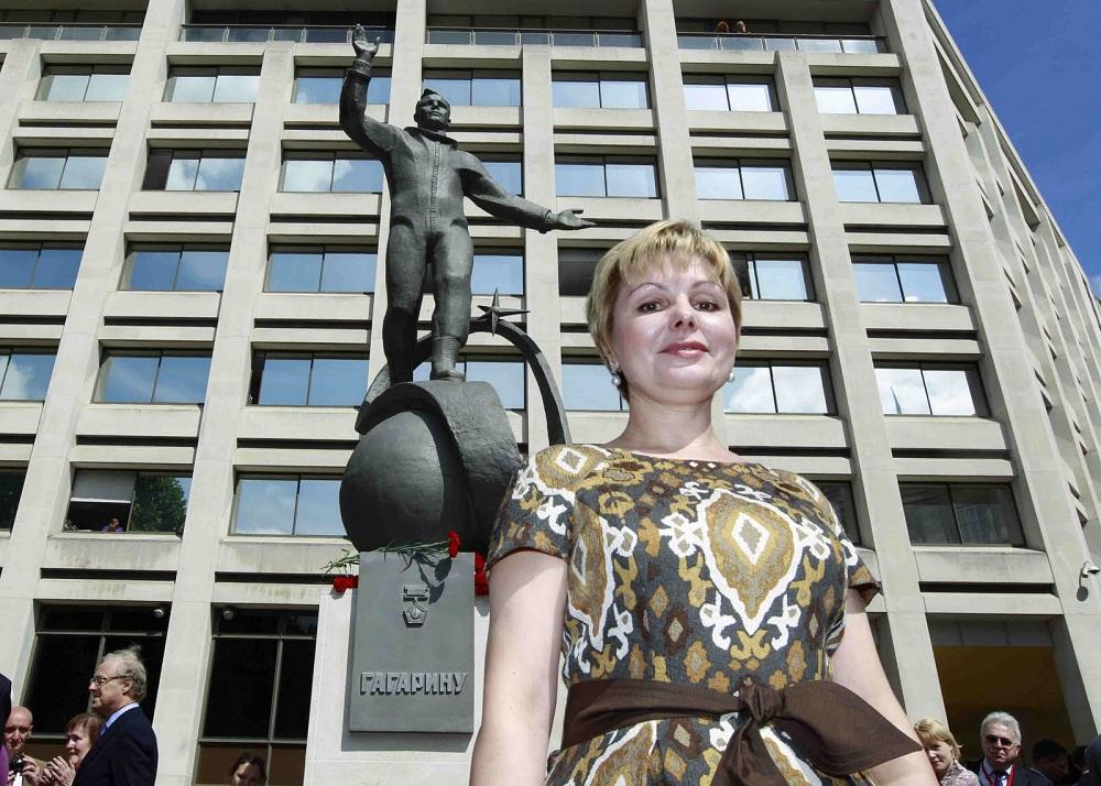 Старшая дочь Юрия Гагарина Елена рядом с памятником отцу