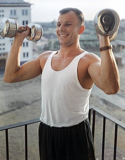 Юрий Гагарин с гантелями фото