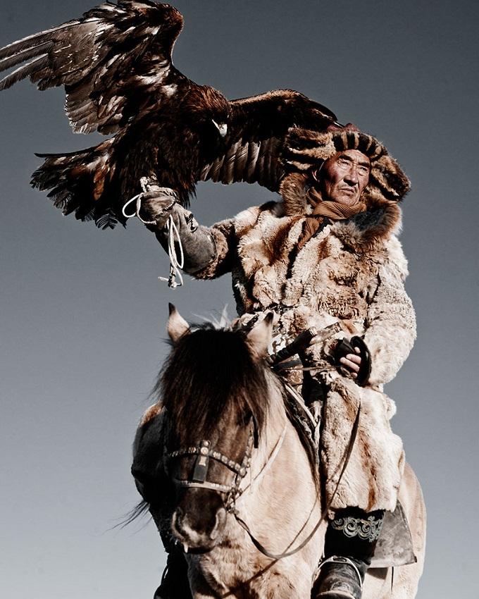 Казахи в Монголии охота с беркутами Казахи в Монголии: охота с беркутами  D0 BA D0 B0 D0 B7 D0 B0 D1 85 D0 B8 20 D0 B2 20 D0 9C D0 BE D0 BD D0 B3 D0 BE D0 BB D0 B8 D0 B8 20Jimmy 20Nelson 20 D1 84 D0 BE D1 82 D0 BE 20 9