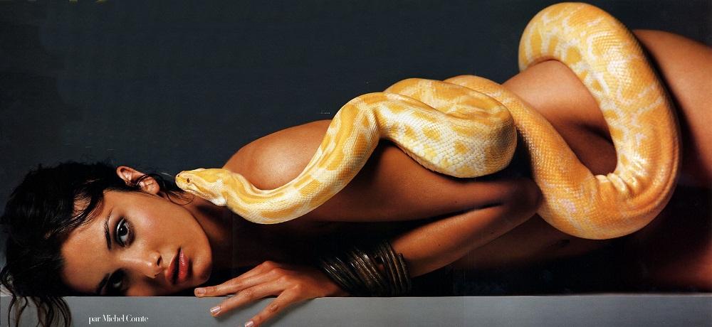 девушка и змея: модель Соня Кински. фото