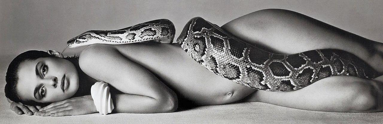 голая девочка со змеей