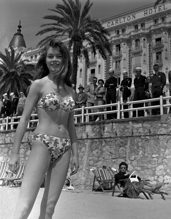 Брижит Бардо в купальнике бикини фото