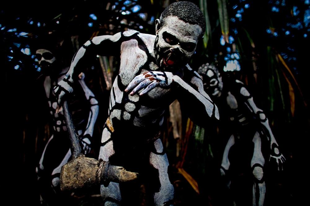 Папуасы гонятся за злым духом леса. фото Папуасы Папуасы из племени скелетов (18 фото)  D0 9F D0 B0 D0 BF D1 83 D0 B0 D1 81 D1 8B 20 D0 BF D0 BB D0 B5 D0 BC D1 8F 20 D1 81 D0 BA D0 B5 D0 BB D0 B5 D1 82 D0 BE D0 B2 20 D1 84 D0 BE D1 82 D0 BE 20 1