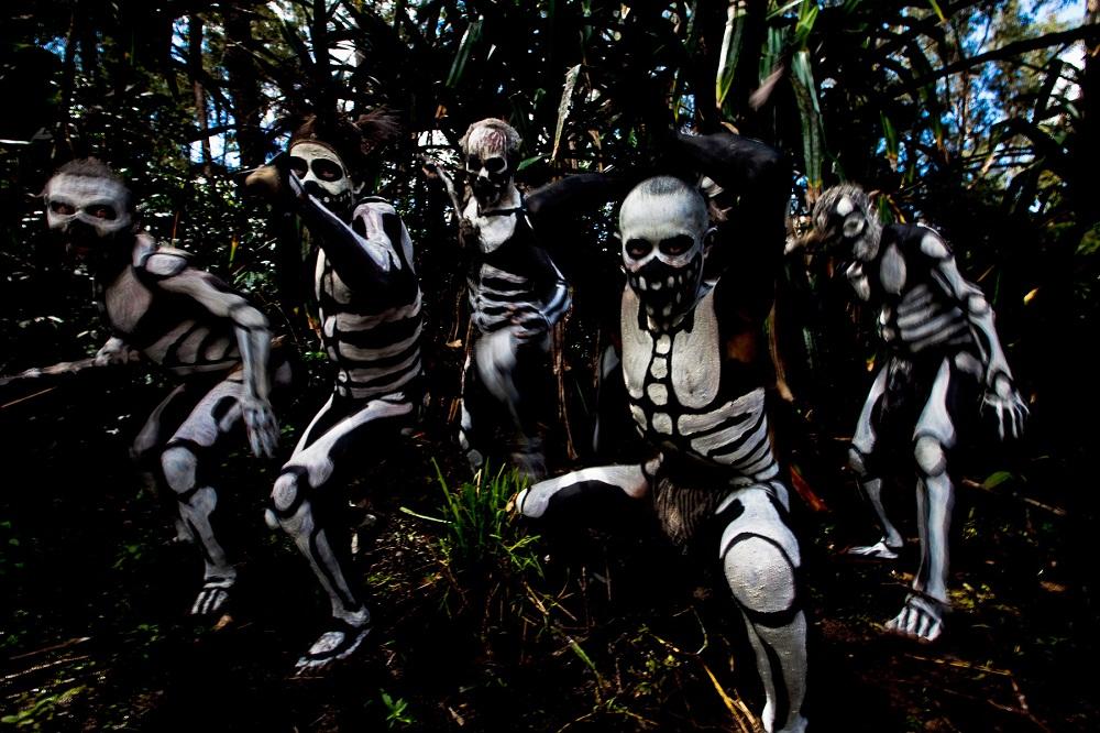Папуасы гонятся за злым духом леса. фото Папуасы Папуасы из племени скелетов (18 фото)  D0 9F D0 B0 D0 BF D1 83 D0 B0 D1 81 D1 8B 20 D0 BF D0 BB D0 B5 D0 BC D1 8F 20 D1 81 D0 BA D0 B5 D0 BB D0 B5 D1 82 D0 BE D0 B2 20 D1 84 D0 BE D1 82 D0 BE 20 2