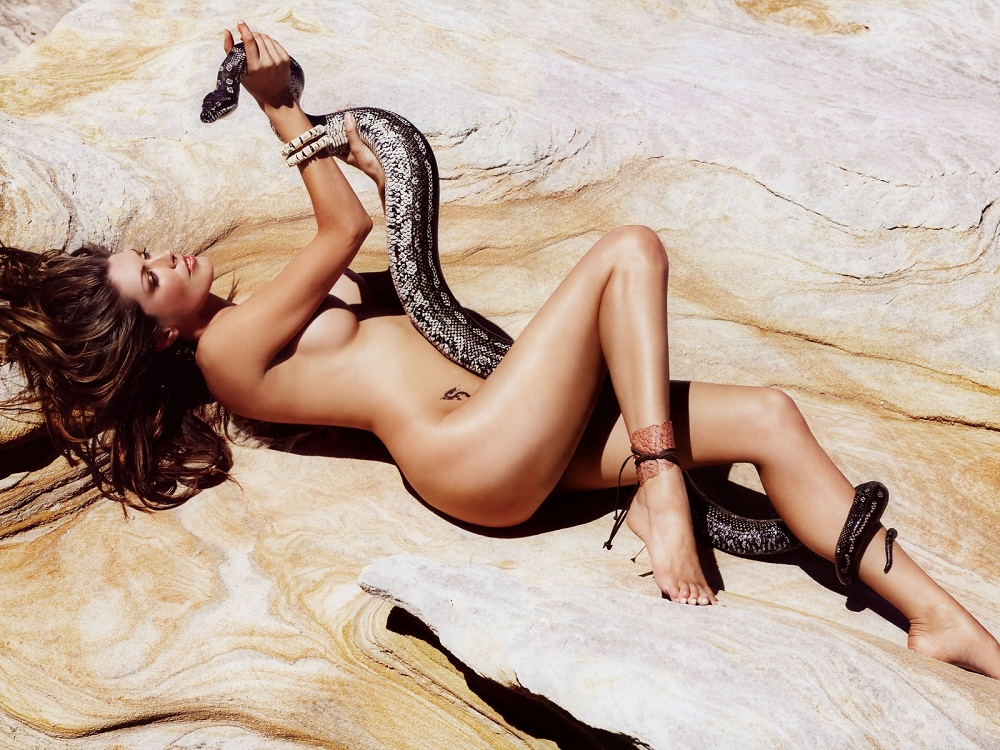 голая девушка и змея: Тара Мосс. фото