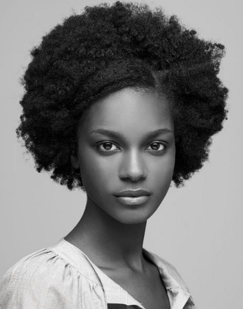 французская темнокожая фотомодель Келли Морейра. Фото / Kelly Moreira photo
