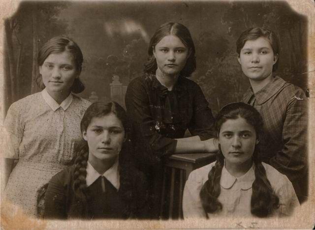 Ульяна Громова (первый ряд, первая справа)