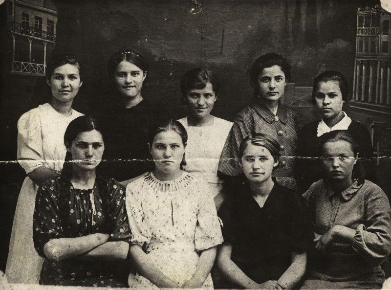 Ульяна Громова (на фото вторая справа во втором ряду)