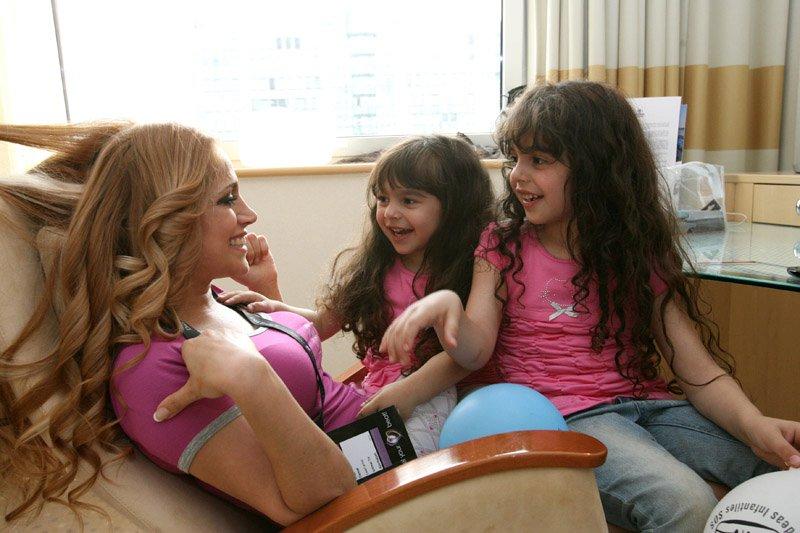 Нигяр Джамал с дочерьми Жасмин и Саидой