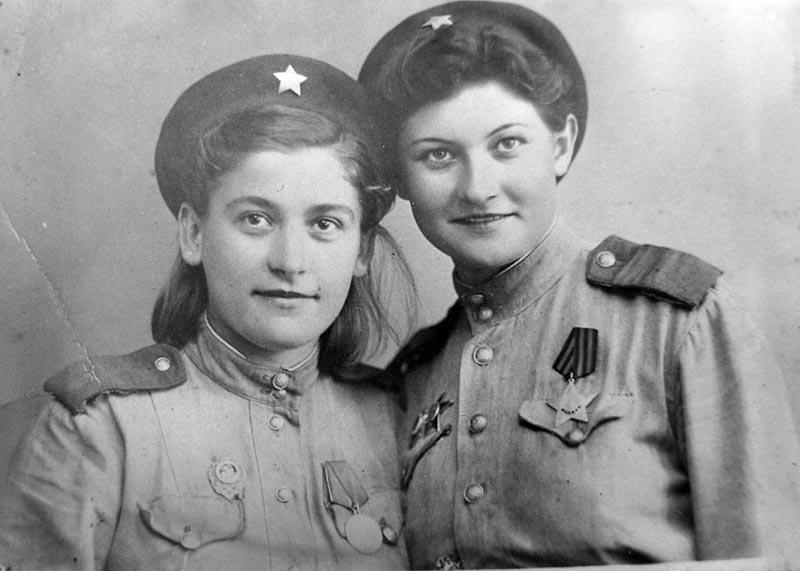 Снайпер Нина Коваленко (справа). Фотография