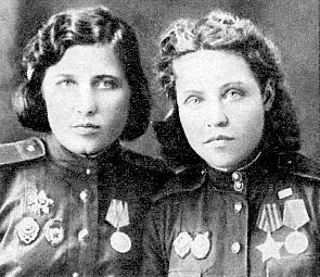 Снайперы Полина Крестьянинова (слева) и Анна Носова (справа). Фотография