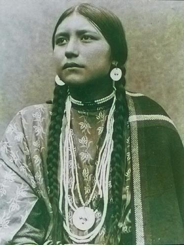 Североамериканская индианка (индеанка) из народа дакота. Фото