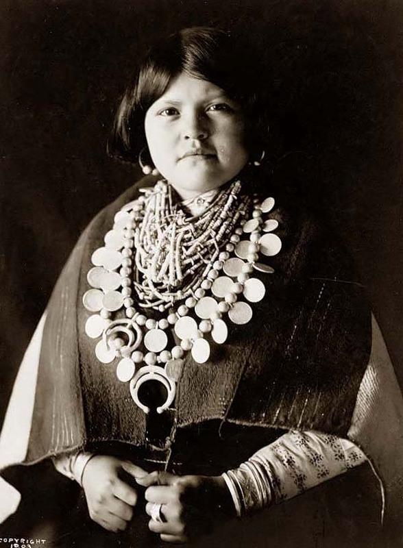 Североамериканская индианка (индеанка) из народа зуни. Фото
