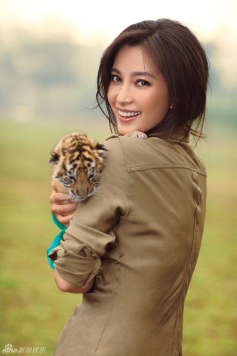 Ли Бинбин и тигрёнок на фотосессии Всемирного фонда дикой природы (WWF)