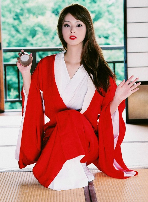 Нозоми Сасаки в кимоно. Фото