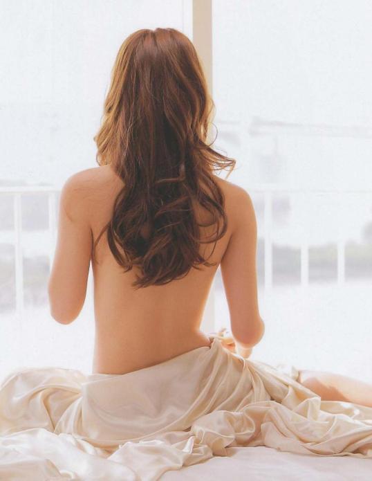 Обнаженная спина Нозоми Сасаки. Фото